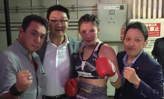 [中右]プロボクサー 高野人母美さん・[右]協栄ジム 金平桂一郎会長・[左]クリエイトプロモーション 平野社長と