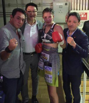 [中右]プロボクサー 高野人母美さん・[右]協栄ジム 金平桂一郎会長・[左]クリエイトプロモーション 平野社長と-1