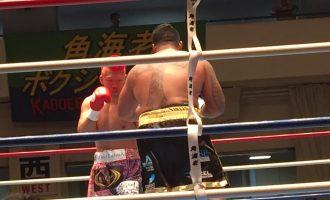 [左]ボクシング東洋太平洋ヘビー級チャンピオン京太郎さん・[右]アントニオ小猪木さんと-1